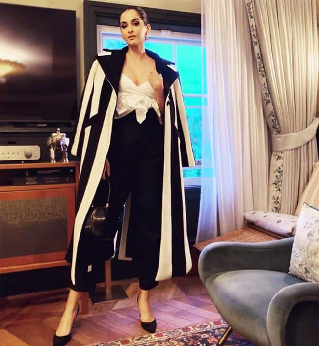 Sonam Kapoor completed her look with matching bag and heels