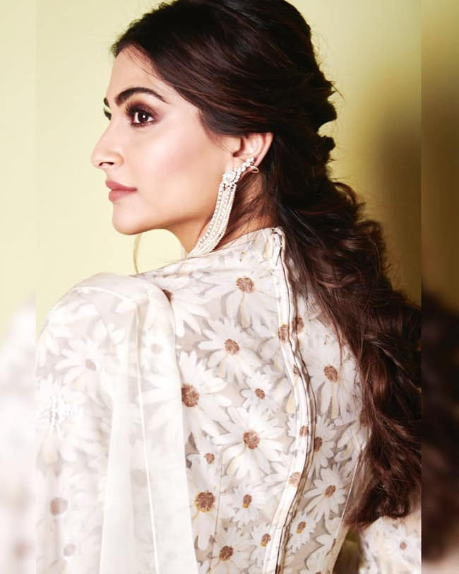 Sonam Kapoor Raises Hotness Quotient in a Stunning Saree
