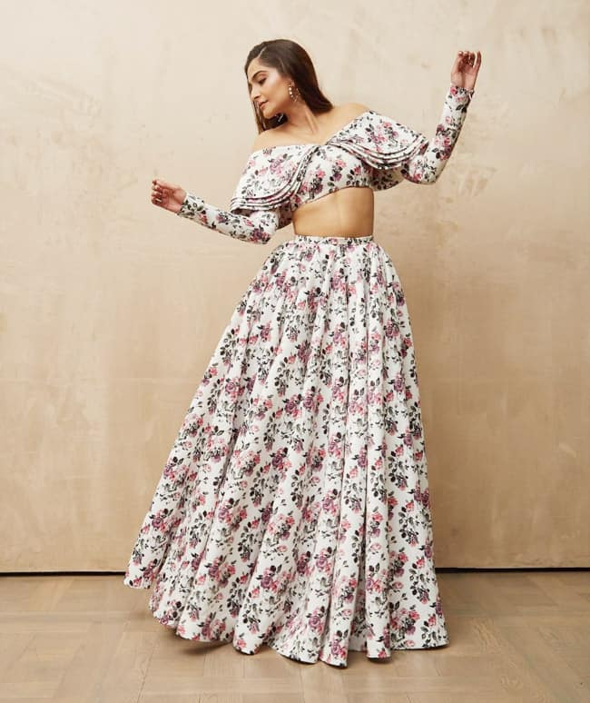 Sonam Kapoor rocks washboard abs in her birthday special outfit