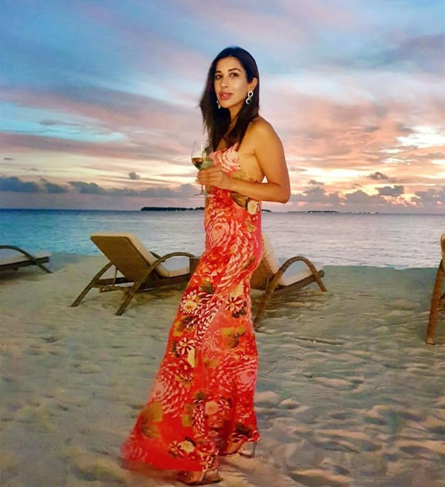 Sophie Choudry looked smoky hot near the beach in her stunning outfit