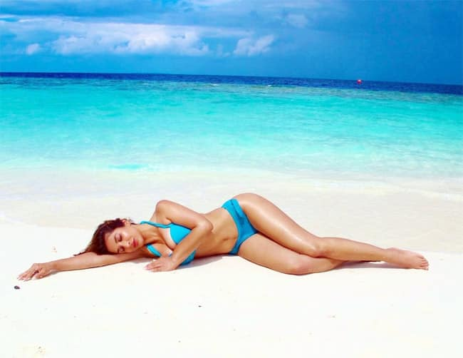 Sophie Choudry looks hot in her latest picture in a blue bikini
