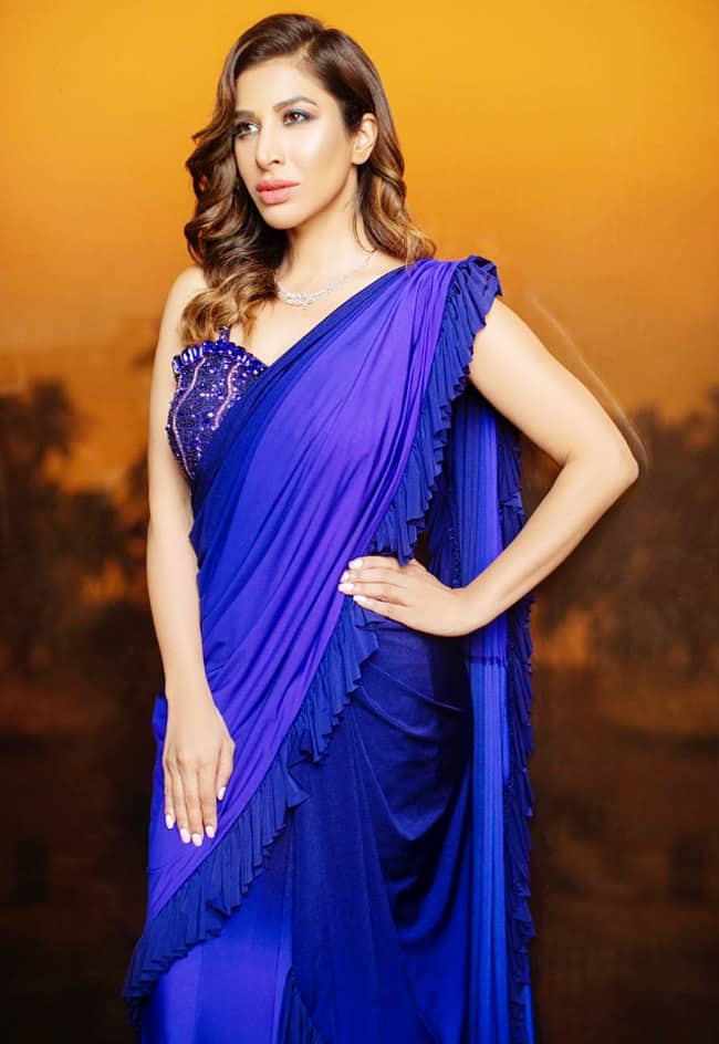 Sophie Choudry Oozes Oomph in Blue saree
