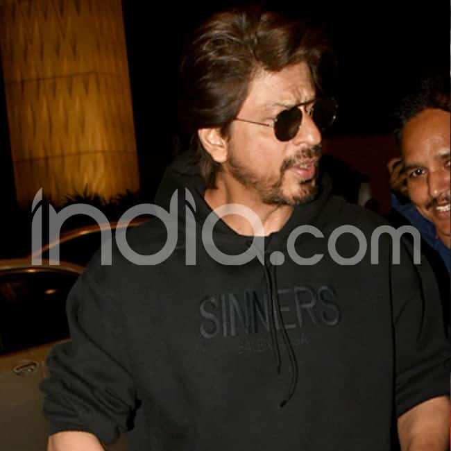 SRK was the man in black at the airport