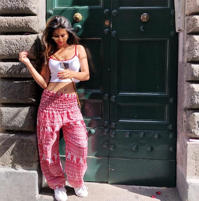 Suhana Khan flaunts her toned waistline