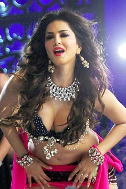 Sunny Leone flaunting her cleavage in HD picture