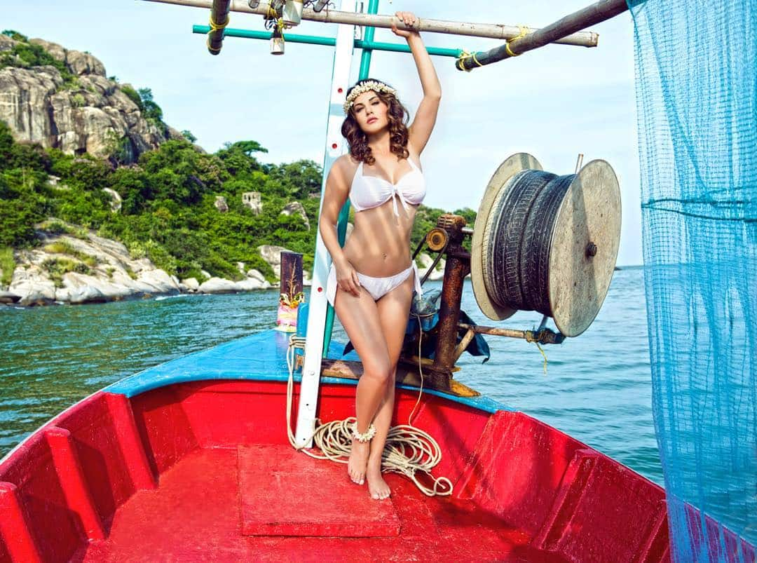 Sunny Leone Flaunts Her Perfect Curves