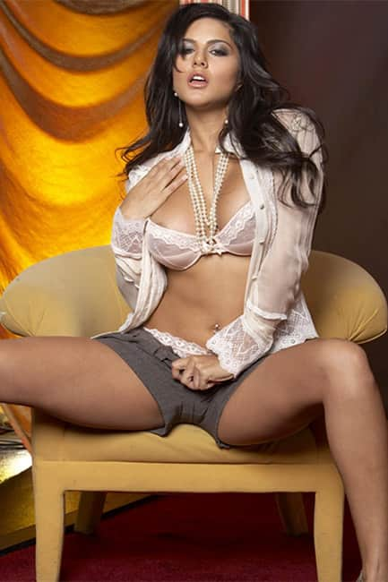 Sunny Leone flaunts her sexy body in this pic