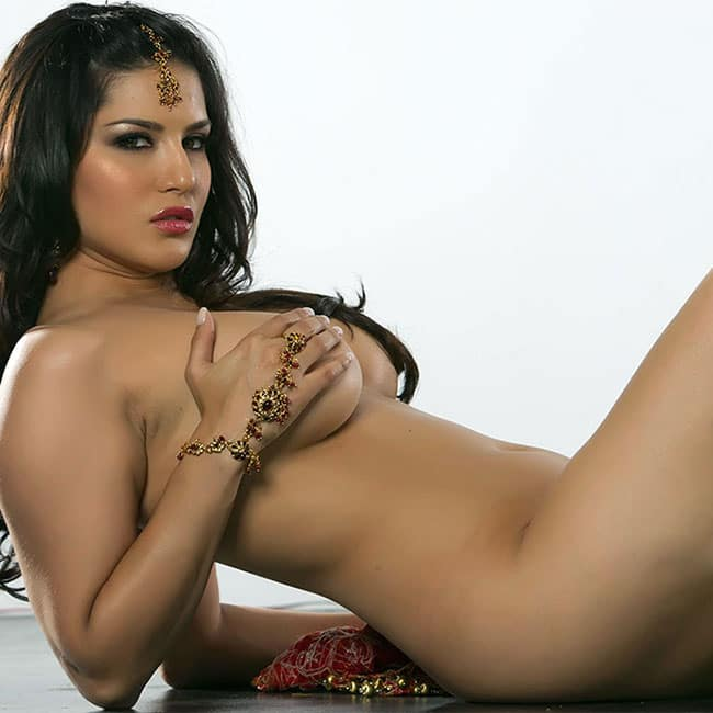 Sunny Leone flaunts her sexy body in this picture