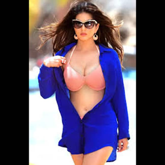 Sunny Leone flaunts her sexy cleavage in this picture