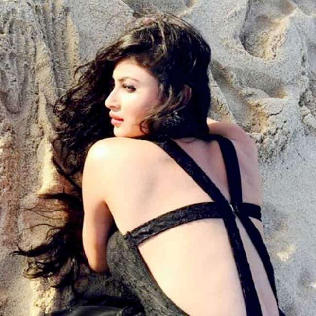 Mouni Roy flaunts her sexy curves in this picture | Mouni