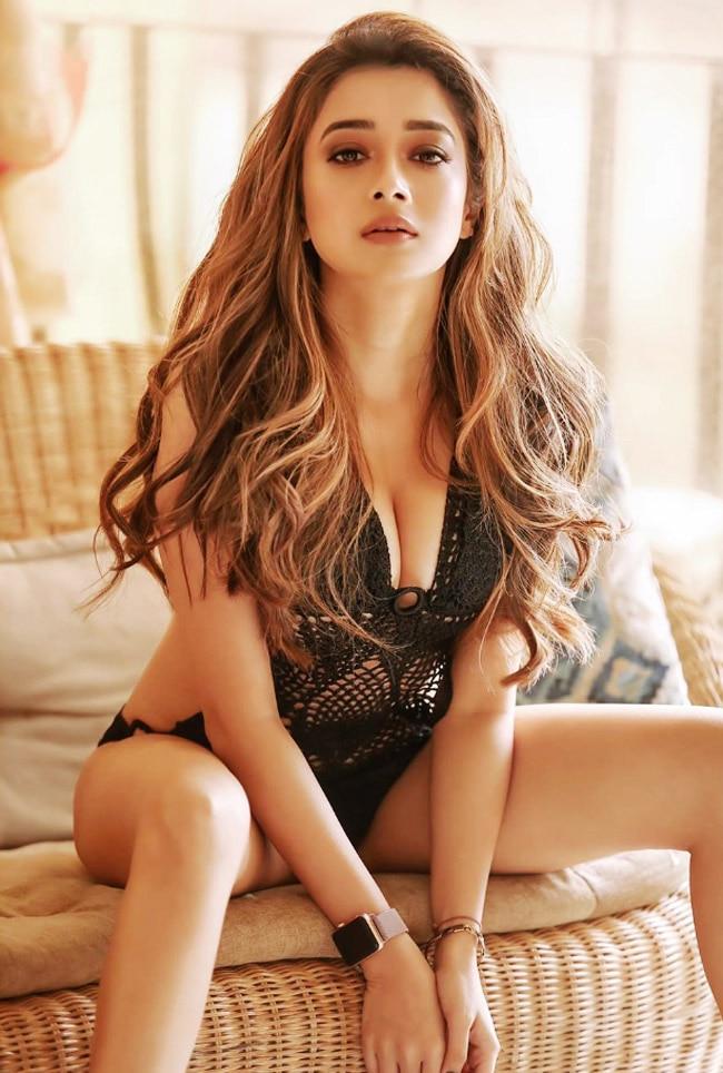 Tina Datta flaunts her sexy and toned legs - newsdezire