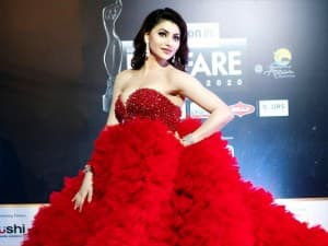 Filmfare Awards 2020: Urvashi Rautela Leaves Temperature Soaring With Her Hot And Glamorous Avatar in a Flowy Red Strapless Gown