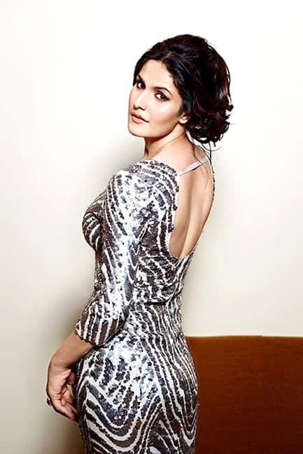 Zarine Khan showing off her super sexy back